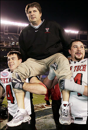 mike-leach-texas-tech-carried-off-by-players