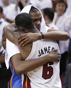 BronBron hugs Durant